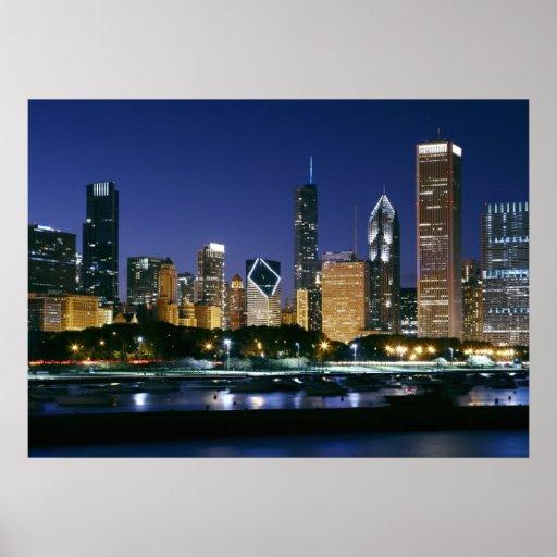 Horizonte de Chicago céntrica en la noche Posters