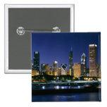 Horizonte de Chicago céntrica en la noche Pin Cuadrada 5 Cm