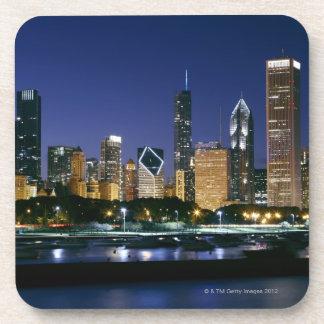 Horizonte de Chicago céntrica en la noche Posavasos De Bebida