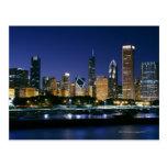 Horizonte de Chicago céntrica en la noche Postal