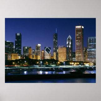 Horizonte de Chicago céntrica en la noche Póster