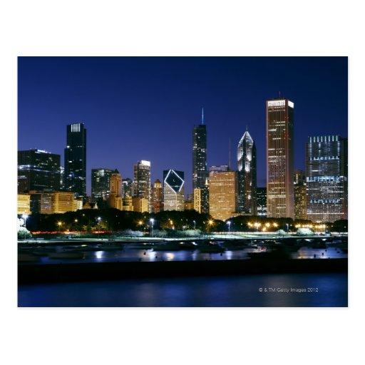 Horizonte de Chicago céntrica en la noche Tarjeta Postal