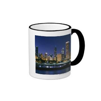 Horizonte de Chicago céntrica en la noche Taza De Dos Colores