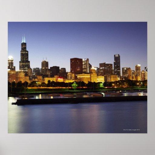 Horizonte de Chicago céntrica en la oscuridad Posters