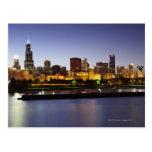 Horizonte de Chicago céntrica en la oscuridad Tarjetas Postales