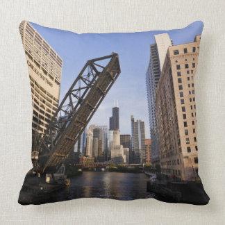 Horizonte de Chicago del puente de la calle de Cojín