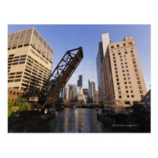 Horizonte de Chicago del puente de la calle de Kin Postales