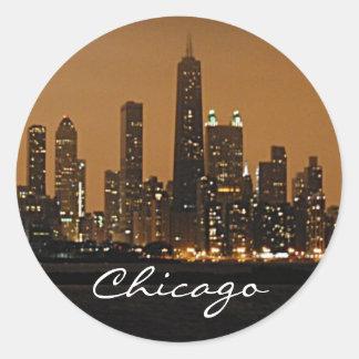 Horizonte de Chicago en la noche en el centro de Pegatina Redonda