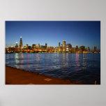 Horizonte de Chicago en la noche Posters