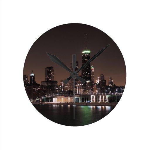 Horizonte de Chicago en la noche Relojes