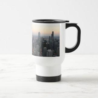 Horizonte de Chicago en la puesta del sol Taza