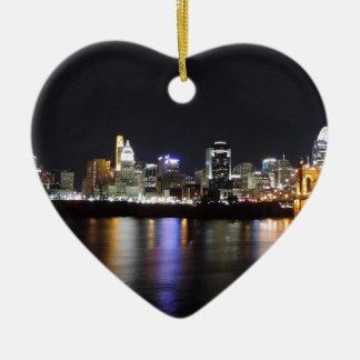Horizonte de Cincinnati en la noche Ornamentos De Navidad