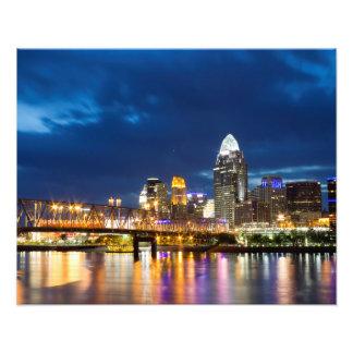 Horizonte de Cincinnati en la noche Impresiones Fotograficas