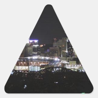 Horizonte de Cincinnati en la noche Pegatina Triangular