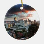 Horizonte de Cincinnati en la puesta del sol Adorno Navideño Redondo De Cerámica