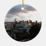 Horizonte de Cincinnati en la puesta del sol Ornamentos De Navidad