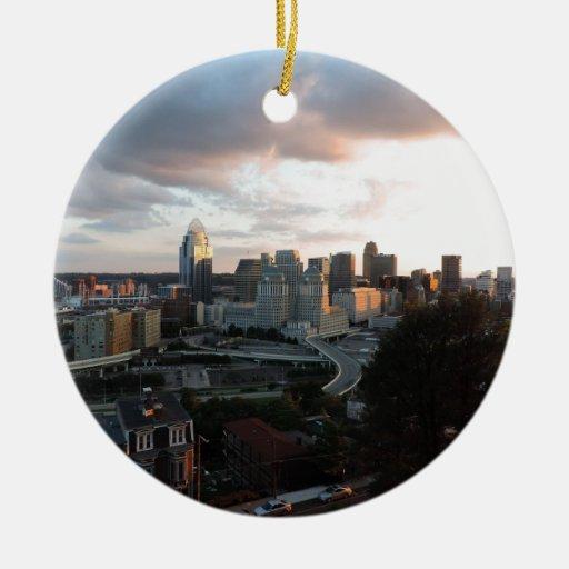 Horizonte de Cincinnati en la puesta del sol Adorno Redondo De Cerámica