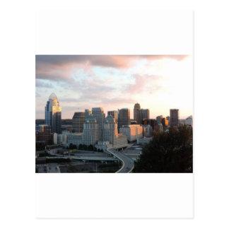Horizonte de Cincinnati en la puesta del sol Postal