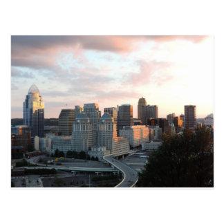 Horizonte de Cincinnati en la puesta del sol Tarjeta Postal