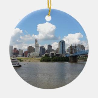 Horizonte de Cincinnati, Ohio con el río Ohio Adorno Redondo De Cerámica