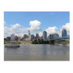Horizonte de Cincinnati, Ohio con el río Ohio Tarjetas Postales