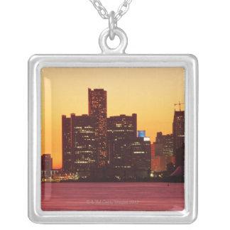 Horizonte de Detroit en puesta del sol colorida Colgante