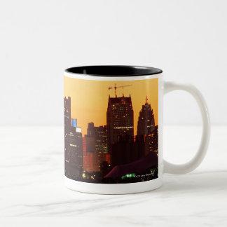 Horizonte de Detroit en puesta del sol colorida Taza De Dos Tonos