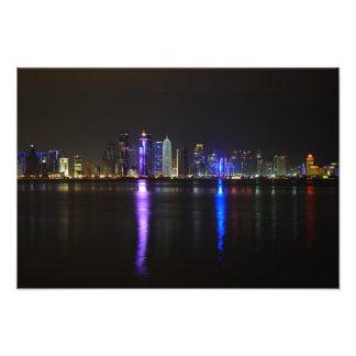 Horizonte de Doha, Qatar en la noche Fotografías