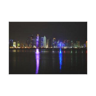 Horizonte de Doha, Qatar en la noche Impresión En Lona Estirada