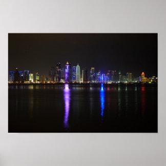 Horizonte de Doha, Qatar en la noche Póster
