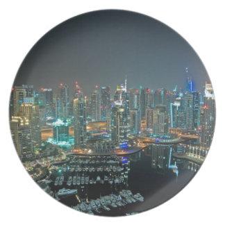 Horizonte de Dubai, United Arab Emirates en la Plato Para Fiesta