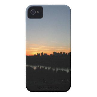 Horizonte de Edmonton después de la puesta del sol iPhone 4 Case-Mate Carcasa