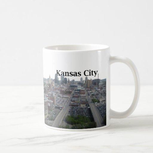 Horizonte de Kansas City con Kansas City en el cie Taza Básica Blanca