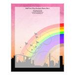 Horizonte de la ciudad con volar del arco iris y d membretes personalizados