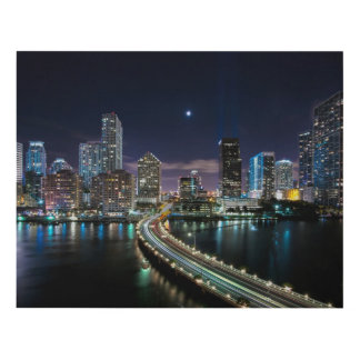 Horizonte de la ciudad de Miami con el puente en