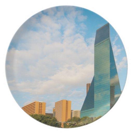 horizonte de la ciudad, una torre de la oficina de platos de comidas