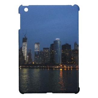 Horizonte de la noche de New York City Manhattan iPad Mini Cárcasas