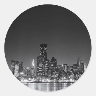 Horizonte de la noche de Nueva York Etiquetas Redondas
