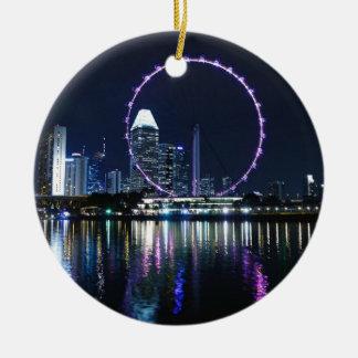 Horizonte de la noche de Singapur Adorno Navideño Redondo De Cerámica