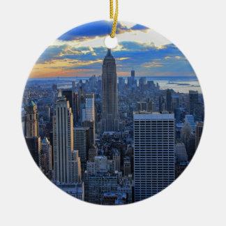 Horizonte de la última hora de la tarde NYC como Adorno Redondo De Cerámica