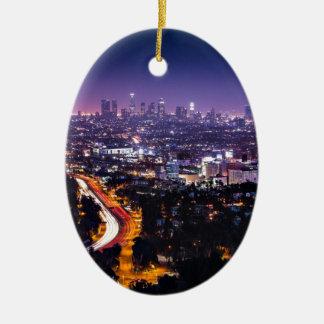 Horizonte de Los Ángeles, California en la noche Adorno Navideño Ovalado De Cerámica