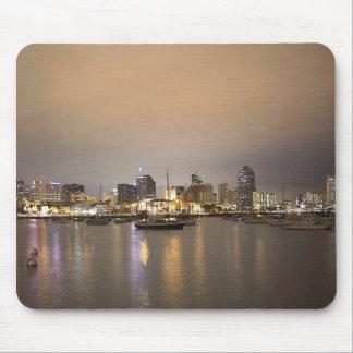 Horizonte de los veleros de San Diego de la noche Tapete De Ratón