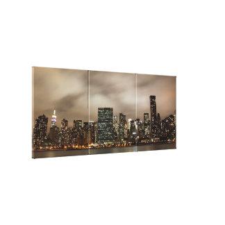 Horizonte de Manhattan en la noche Lona Envuelta Para Galerías