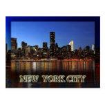 Horizonte de Manhattan en la noche - New York City Postales