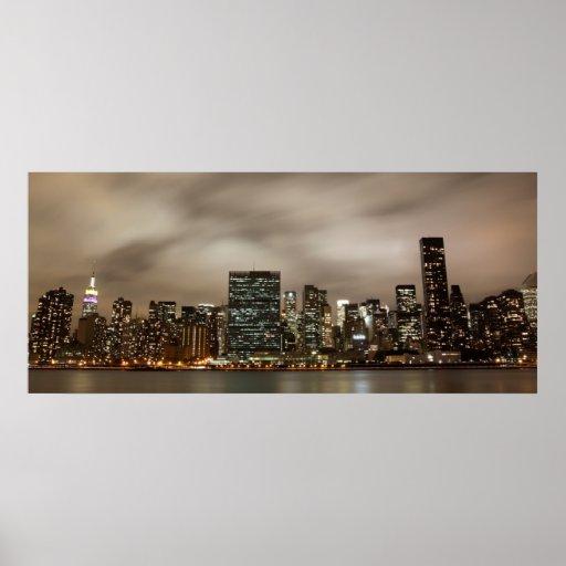 Horizonte de Manhattan en la noche Posters