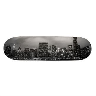 Horizonte de Manhattan en la noche Skate Boards
