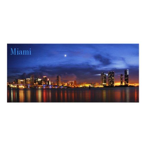 Horizonte de Miami en el panorama de la noche - at Diseño De Tarjeta Publicitaria