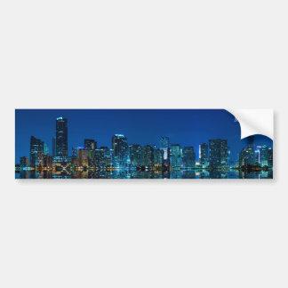 Horizonte de Miami en el panorama de la noche - pe Etiqueta De Parachoque