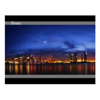 Horizonte de Miami en el panorama de la noche - po Postal