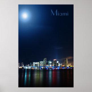 Horizonte de Miami en el panorama de la noche - Póster